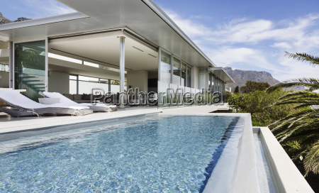 schwimmbad und terrasse des modernen hauses