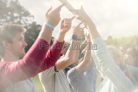 team balancierstange overhead mit den fingerspitzen