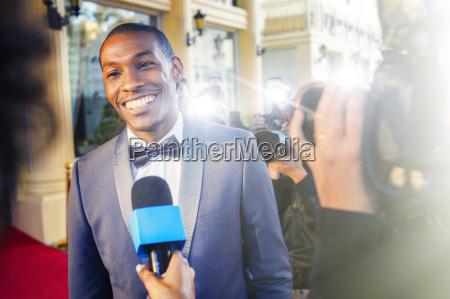 prominente werden von paparazzi fotografen interviewt