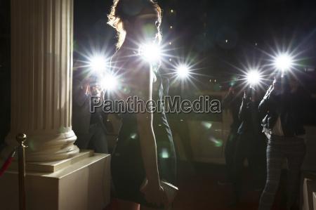 silhouette der beruehmtheit von paparazzi fotografen