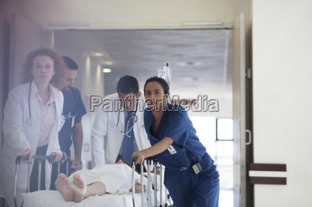 arzt mediziner medikus flur europid kaukasisch