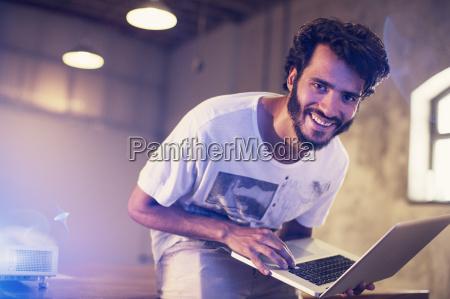 portrait begeistert casual geschaeftsmann mit laptop