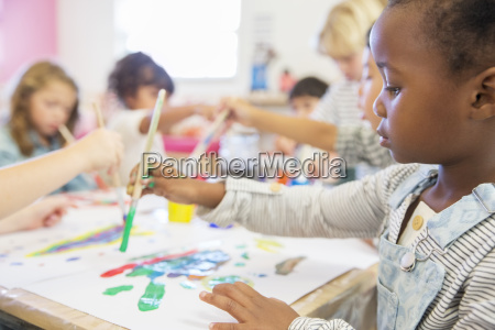 studenten malerei im klassenzimmer