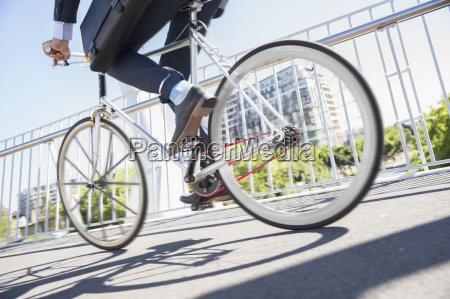 low section geschaeftsmann im anzug fahrrad