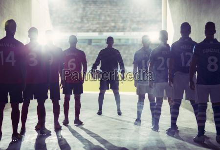 schattenbild von fussballmannschaften die feld gegenueberstellen
