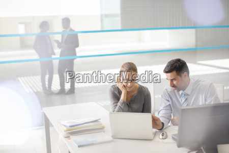 geschaeftsleute am laptop im buero