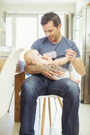 vater fuetterung baby in der kueche