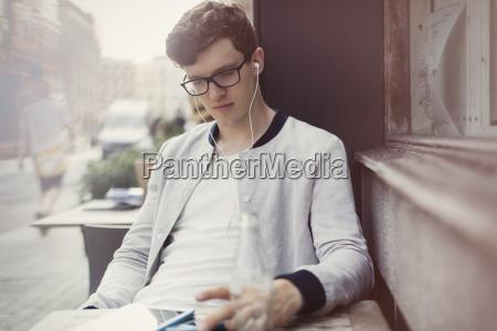 junger mann mit brillen und kopfhoerer