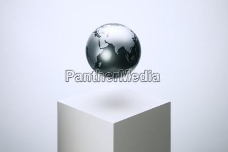globus schwebt ueber sockel
