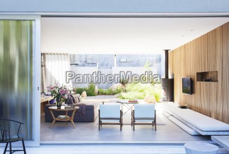 glasschiebeoeffnung zum modernen wohnzimmer
