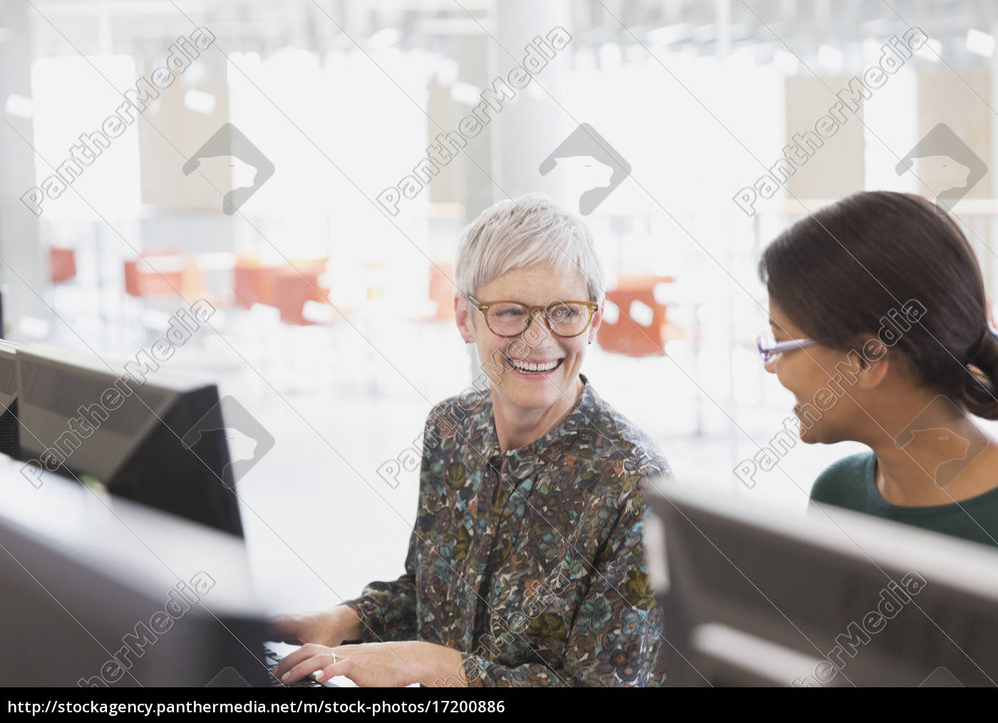 lächelnde, frauen, die, am, computer, im, klassenzimmer - 17200886