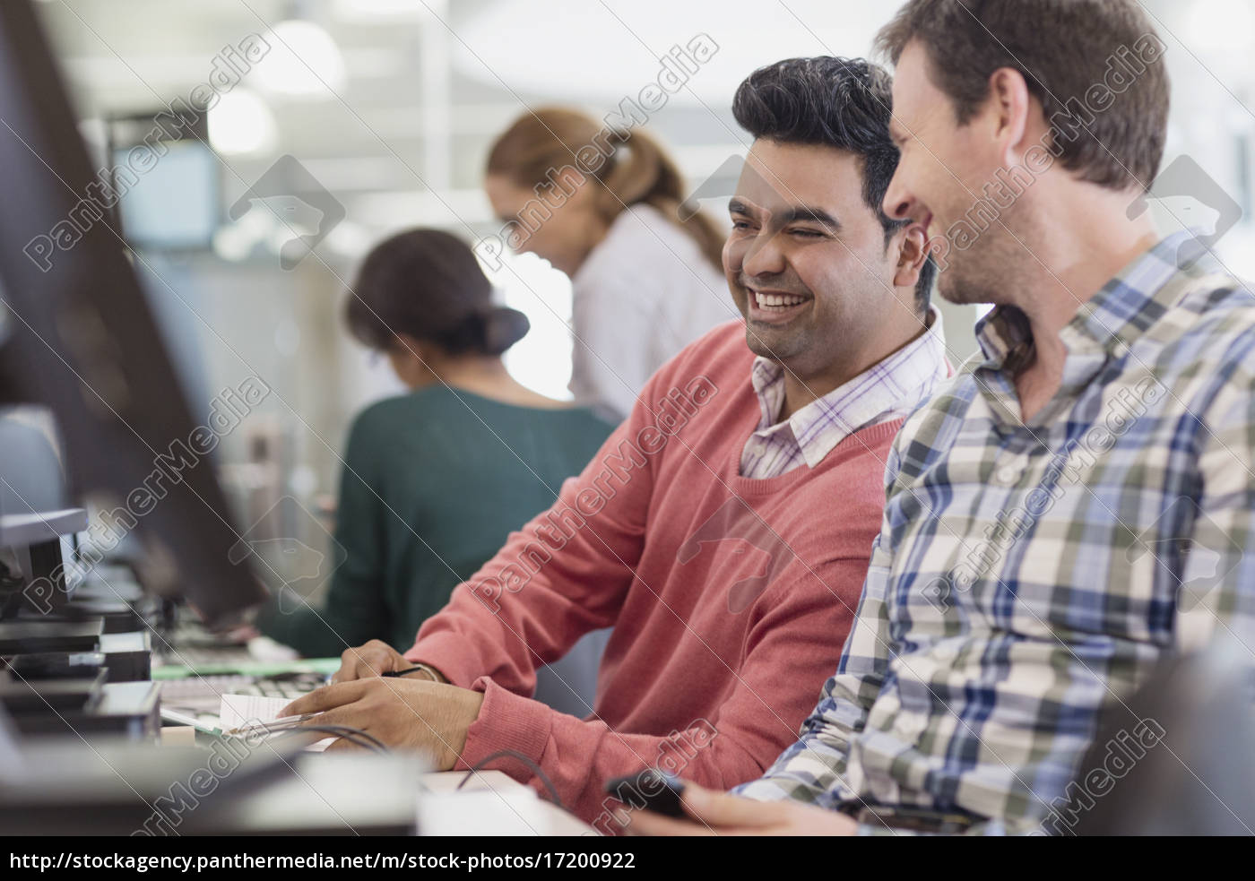 männer, lachen, am, computer, im, klassenzimmer - 17200922