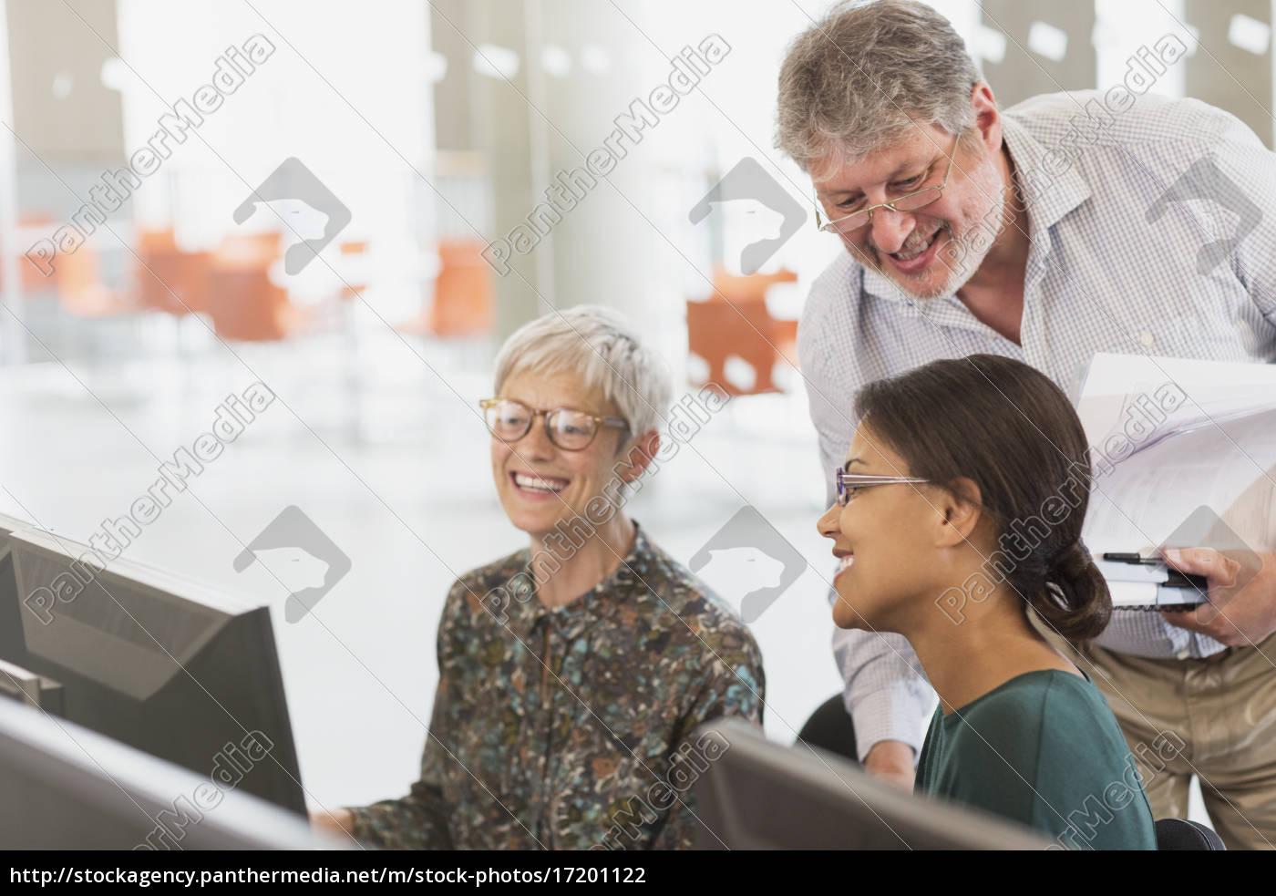 lächelnde, schüler, die, am, computer, im, klassenzimmer - 17201122