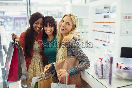 frauen zusammen einkaufen in drogerie