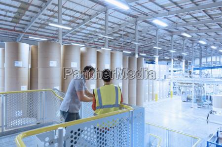 arbeitnehmer sprechen auf plattform ueber fabrik