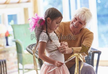 grossmutter passende enkelin mit fluegeln