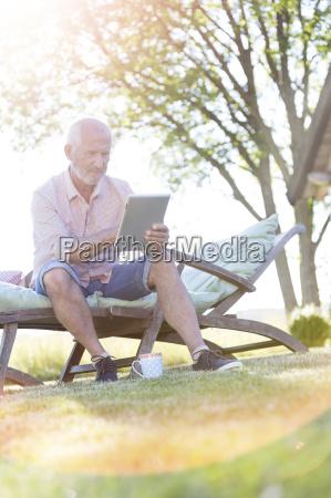 aelterer mann im hinterhof mit digitalen