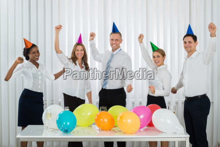 geschaeftsleute feiern erfolg waehrend der party