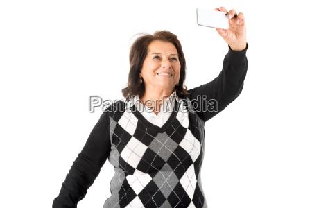 seniorin macht ein selfie