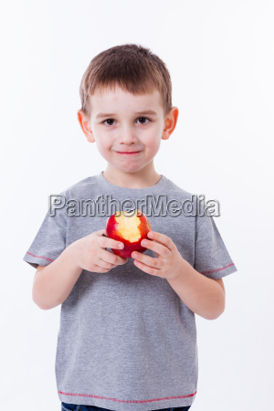 kleiner junge mit essen isoliert auf