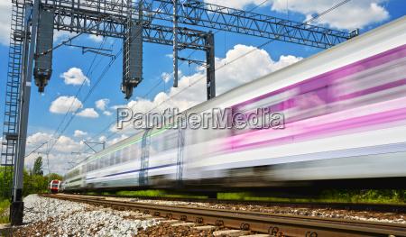 moderne elektrische personenzug auf voller fahrt