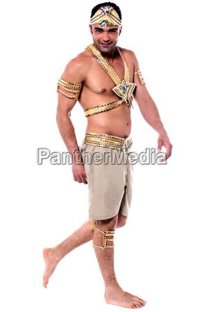 handsome taenzerin im karnevalskostuem