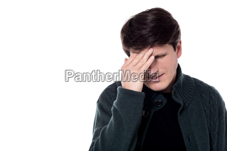 casual man kopfschmerzen leiden