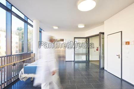 corridoio medico ospedale ascensore porta letto