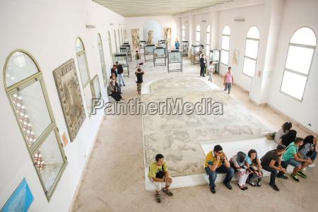 touristen im nationalmuseum karthago