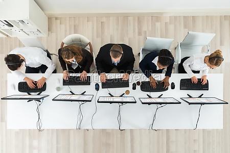 callcenter operatoren die im buero arbeiten