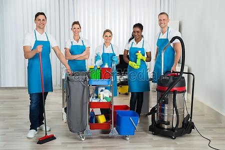 reiniger mit reinigungsmitteln im buero