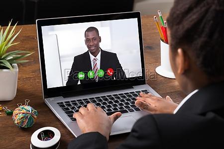 businesswoman videokonferenzen auf laptop