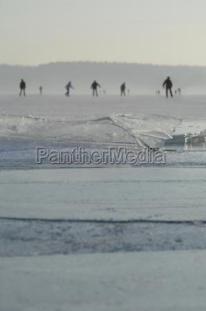 deutschland menschen schlittschuhlaufen auf gefrorenem see