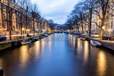 niederlande holland amsterdam kanal am abend