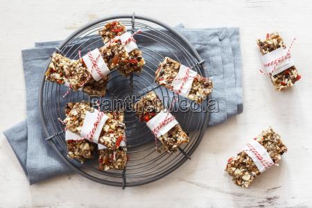 hausgemachte glutenfreie vegane granola balken auf
