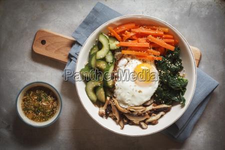 vegetarische koreanische reisschale mit pilz spinat