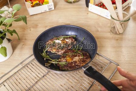 steak mit rosmarin in pfanne