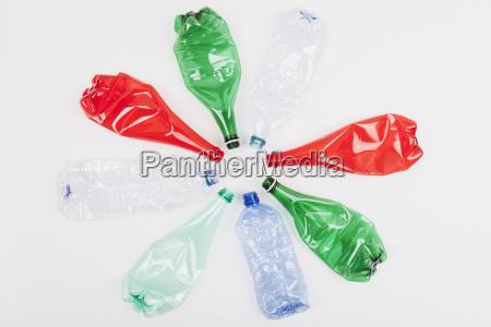 kreis von verschiedenen leeren gebogenen plastikflaschen