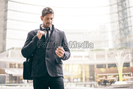 italien mailand portraet eines geschaeftsmannes der
