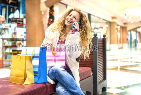 italien lombardei mailand frau mit einkaufstaschen