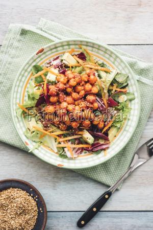 gemischten rohsalat mit mariniertem tomaten geraeuchertem