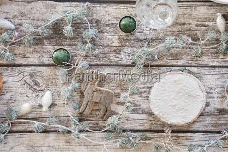 weihnachtsdekoration auf gedeckten tisch