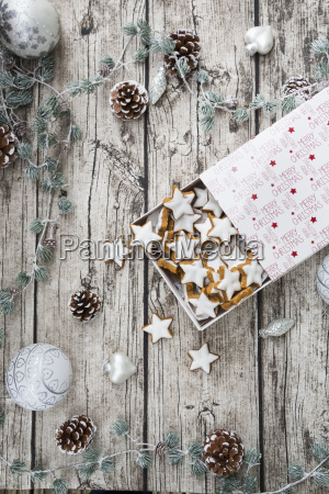zimtsterne in der kasten und weihnachtsdekoration