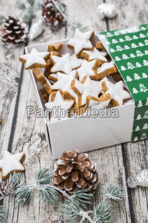 zimtsterne in box und weihnachtsdekoration