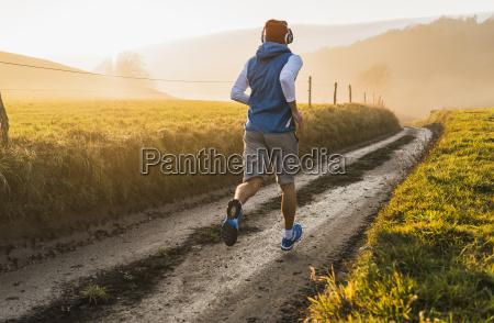junge maenner joggen am morgen
