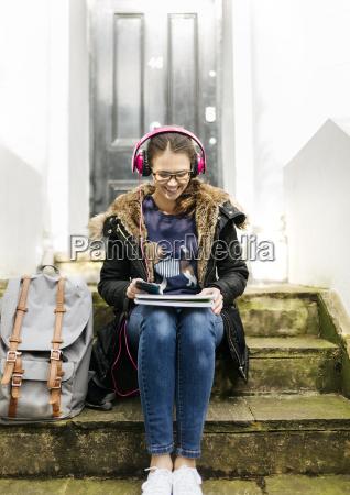 london student maedchen mit kopfhoerer und