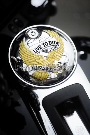 nahaufnahme eines motorrad tankdeckels mit dem
