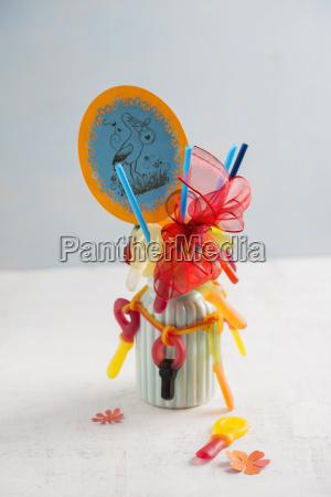 bouquet mit zahnfleischschnullern auf strohhalmen