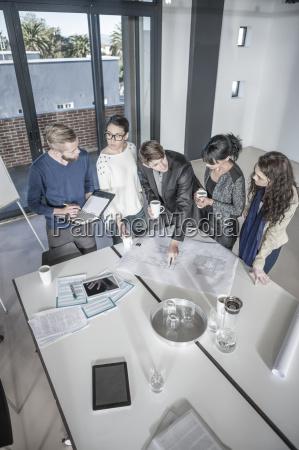 gruppe von jungen profis sitzung im