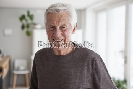 portraet von laechelnden aelteren mann zu